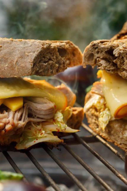 Sandwich z rwaną wieprzowiną i kapustą kim chi