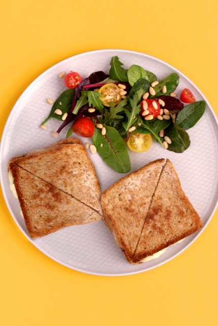 Tost z serem i sałatką