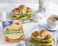 Croissant z serem, jajkiem w koszulce, szynką i sałatą