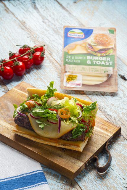 Pieczone kebaby z serem żółtym Hochland Burger&Toast na grillowanej bagietce z sałatką wiosenną i keczupem jabłkowym