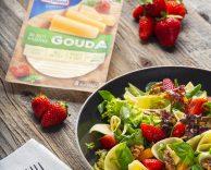 Sałatka z serem żółtym Gouda Hochland, orzechami, truskawkami, pomidorami oraz świeżą bazylią
