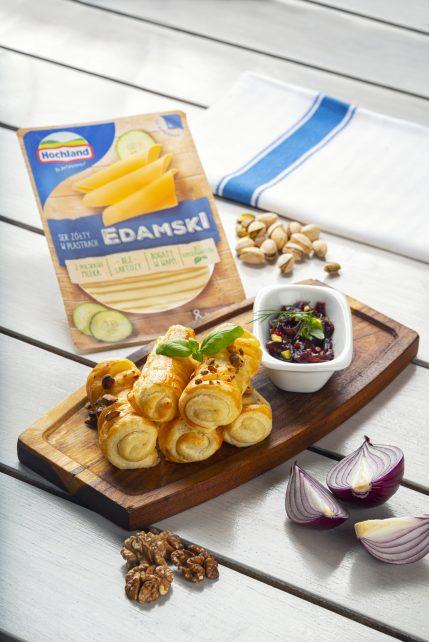Pieczone paluszki z serem żółtym Edamskim Hochland, konfiturą z czerwonej cebuli oraz prażonymi orzechami i pistacjami
