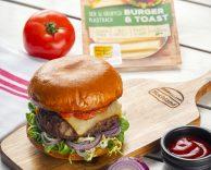 Grillowany burger wołowy z serem żółtym Hochland Burger&Toast i konfiturą z pomidorów