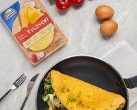 Omlet biszkoptowy z serem żółtym Tylżyckim Hochland i sałatką warzywną